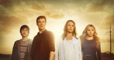 THE GIFTED: L-R: Percy Hynes White, Stephen Moyer, Amy Acker and Natalie Alyn Lind in THE GIFTED premiering this fall on FOX.